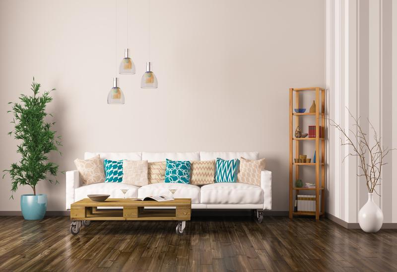 Bruine pallet salontafel op wieltjes in woonkamer
