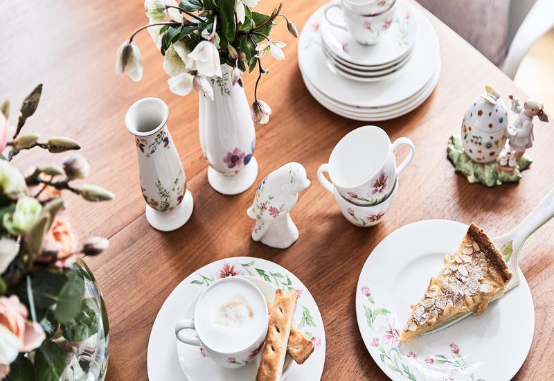 Antieke kleine witte vazen op een houten tafel