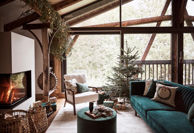 Houten kerstboom in rustieke woonkamer