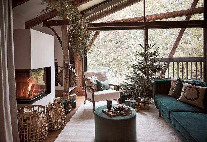 Rustieke woonkamer met kerstboom op standaard