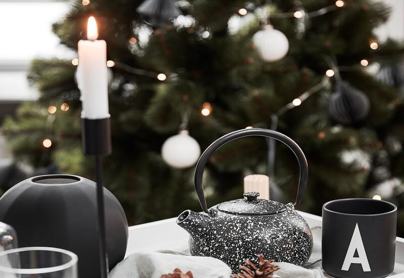 Zwarte kerstboom met witte kerstballen