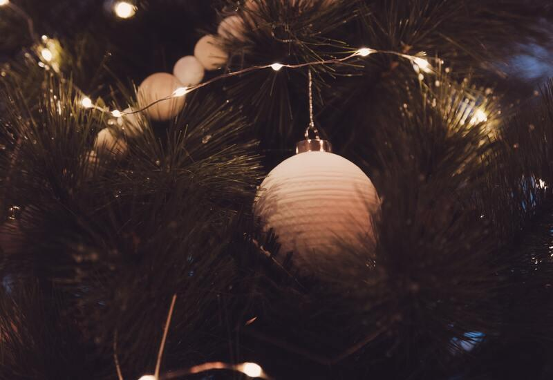 Houten kerstballen in een kerstboom