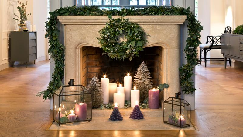 Antieke kerstversiering op de open haard