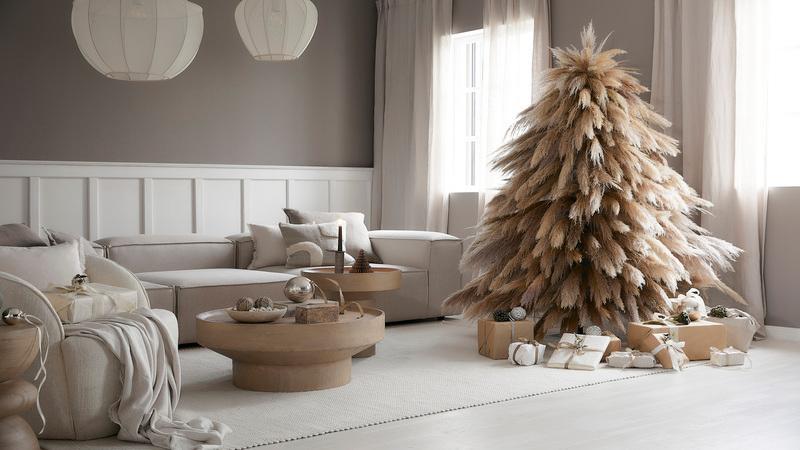 Witte kunstkerstboom in woonkamer