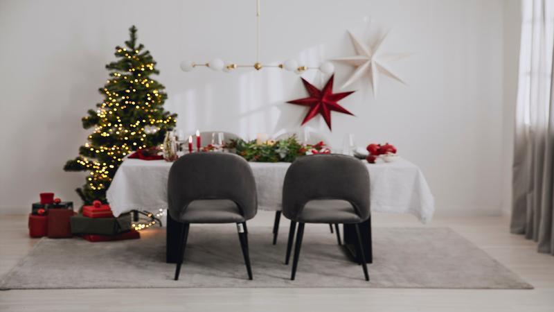 Kerstboom in eetkamer