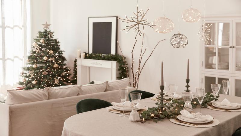 Kerstlampjes boven eettafel