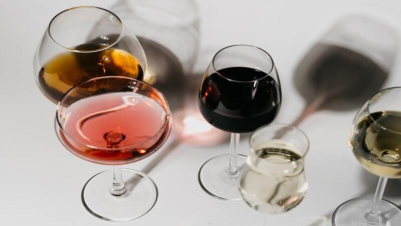 Sherryglas met witte achtergrond