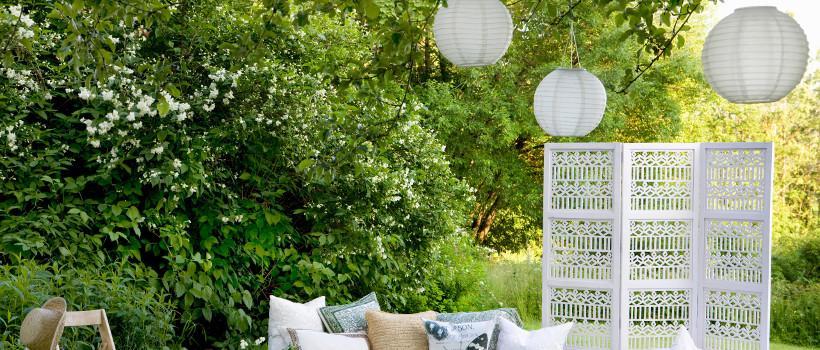papierowe lampiony ogrodowe zawieszone na gałęziach