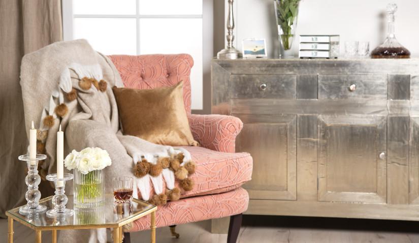 Beżowy fotel w stylu glamour