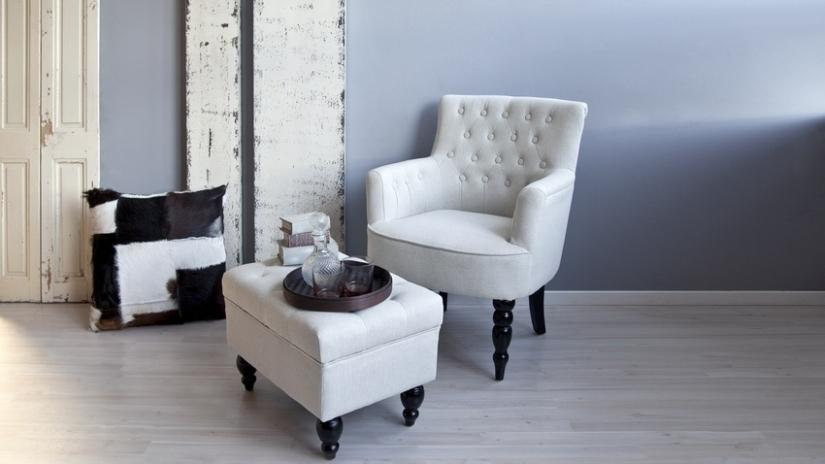 Biały fotel pikowany z podnóżkiem