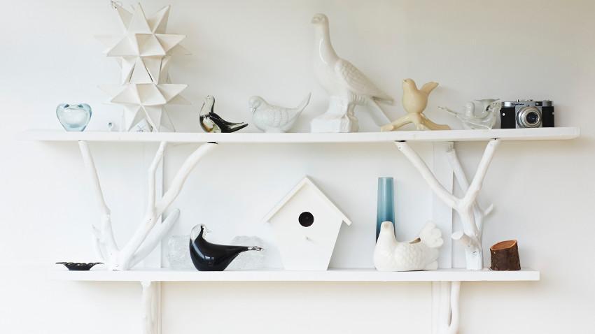 figurki dekoracyjne na półce