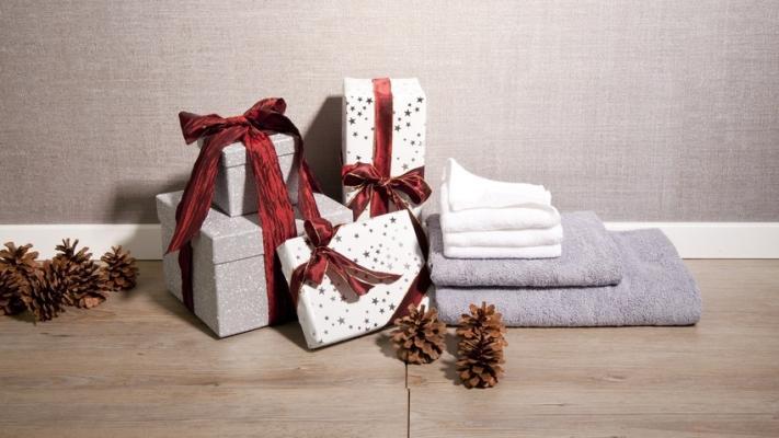 świąteczna dekoracja z szyszek