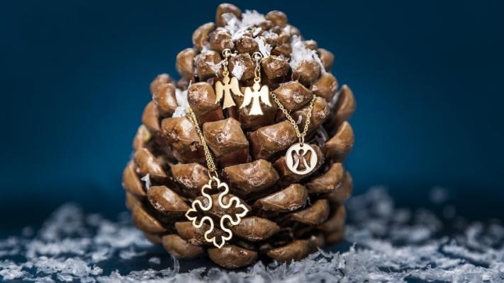 dekoracja z szyszek wieszak na biżuterię