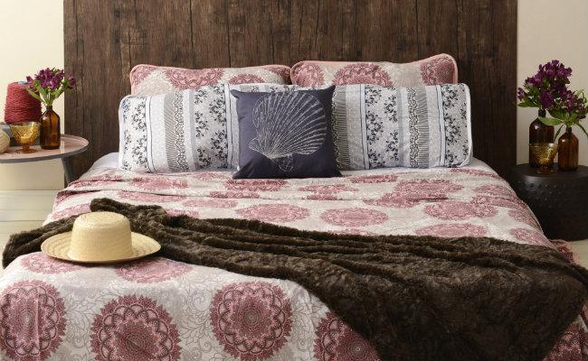 Brązowa dekoracja łóżka