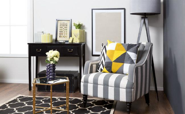 Szary salon i wygodny fotel