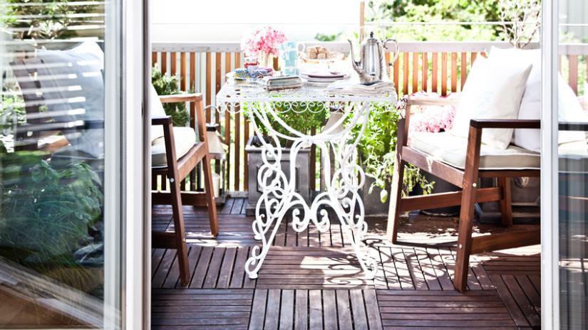 stolik na balkon w stylu prowansalskim