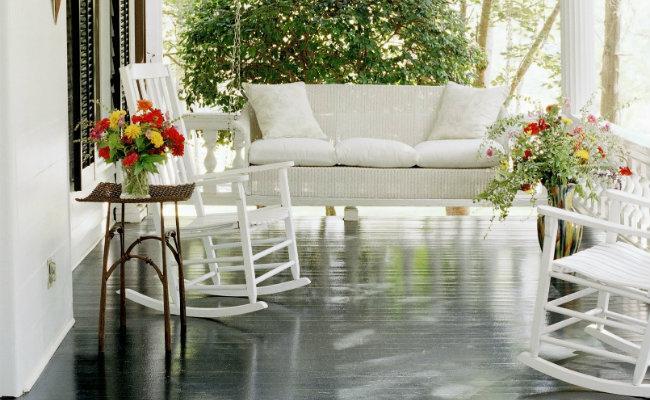Biała drewniana weranda w stylu amerykańskim