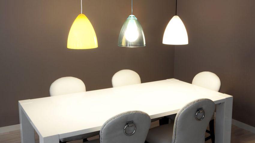 Eleganckie, białe krzesła skórzane do jadalni