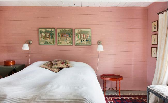 Rustykalna sypialnia w różowej tonacji