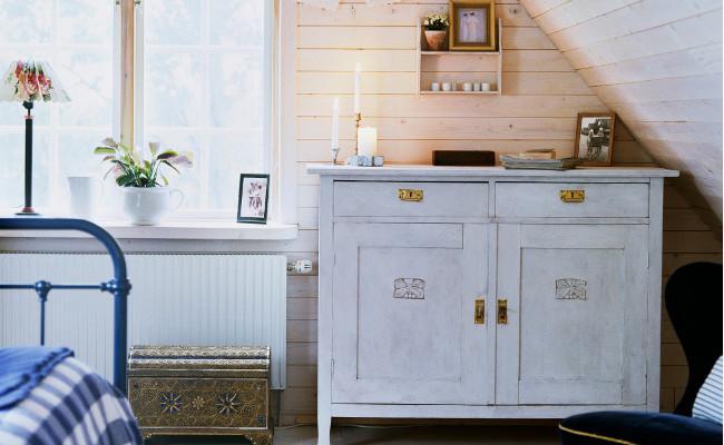 Klasyczna, drewniana komoda w rustykalnej sypialni