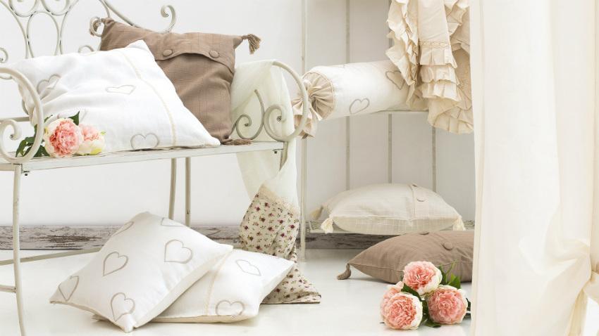 Białe poszewki na poduszki w romantycznej aranżacji