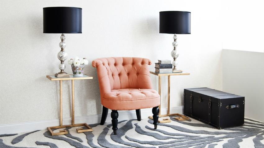 Lampy stołowe z abażurem i modny dywan w zebrę