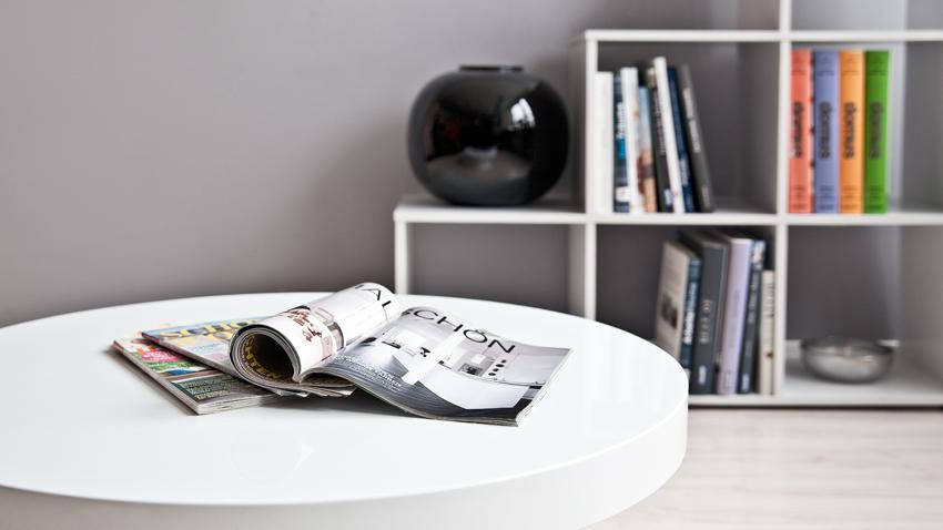 Stolik kawowy okrągły w białym salonie