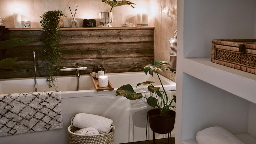 Łazienka w stylu rustyklanym z wanną, białką półką i dekoracyjami