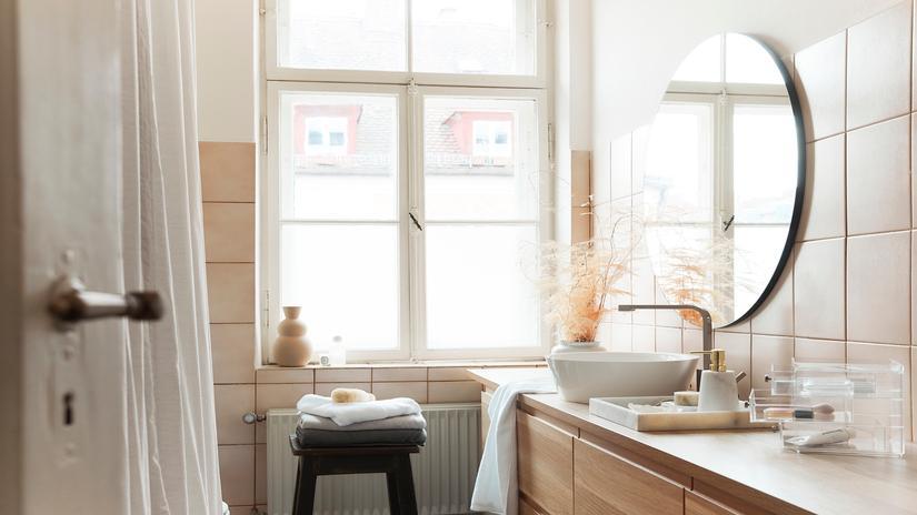 Plafon łazienkowy w białym wnętrz z lustrem oraz umywalką
