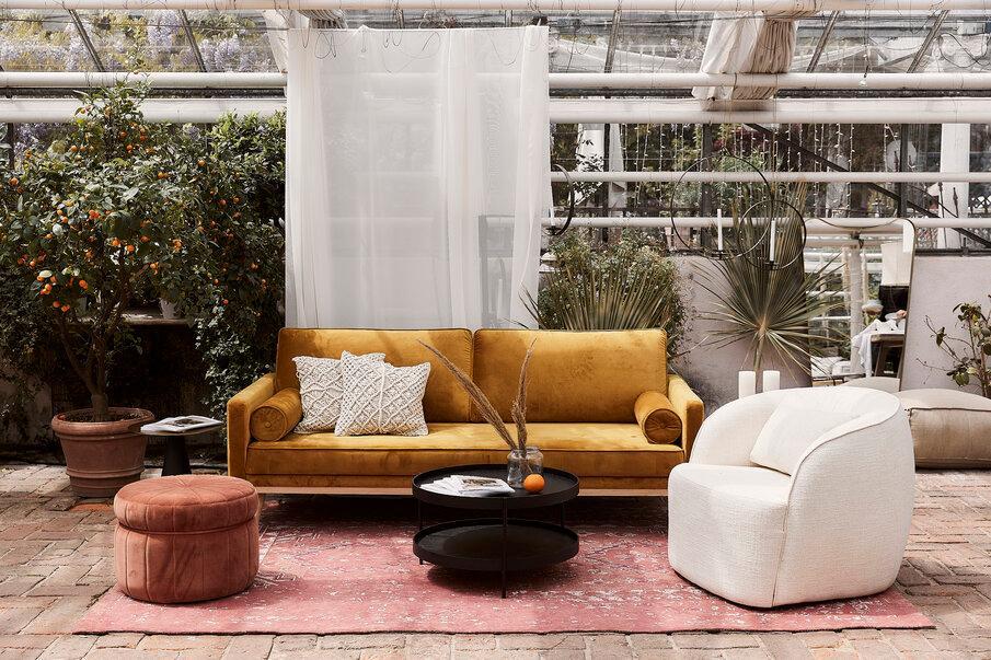 zółta sofa i czerwony puf