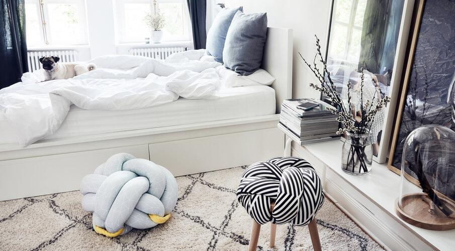 pufy w sypialni