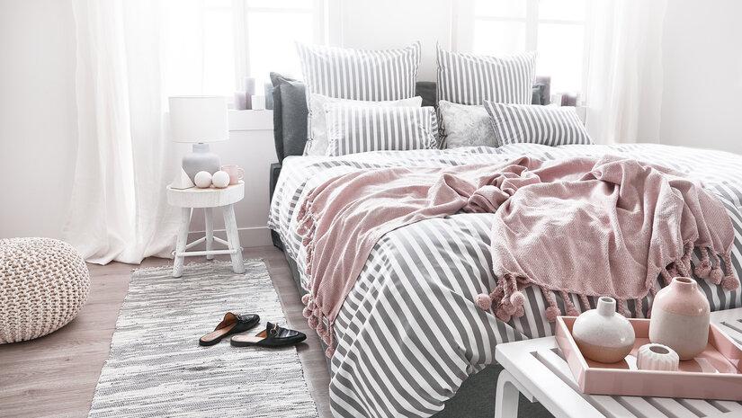 różowa narzuta na łóżko
