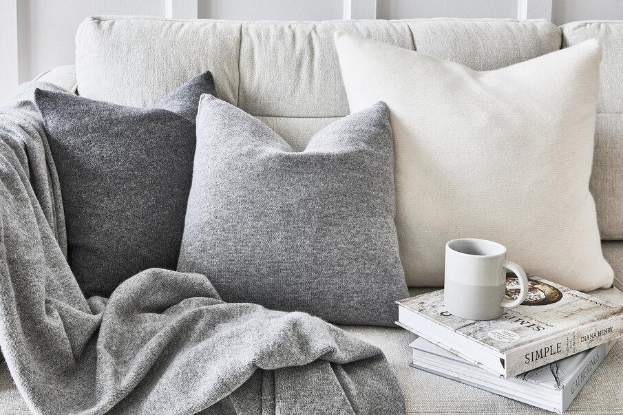 szary koc na kanapie