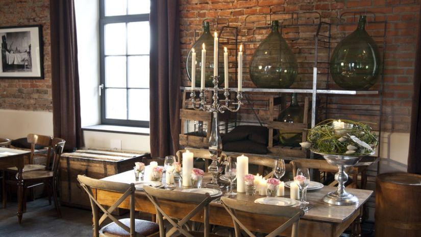 Drevený starožitný stôl a stoličky