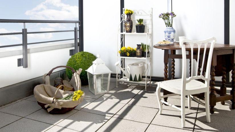 Klasický drevený záhradný stôl