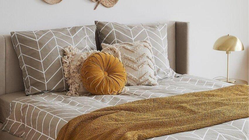 dekoračné vankúše na posteli