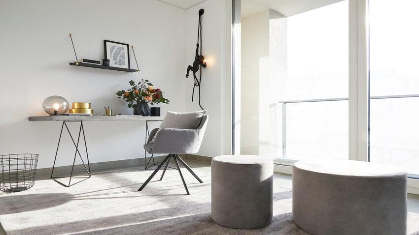 Svetlo-sivý písací stôl