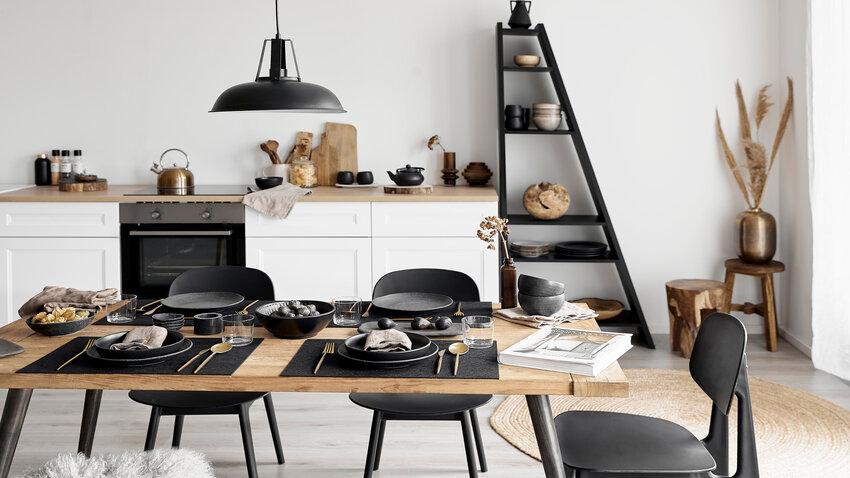 kuchynský stôl v čierno-bielej kuchyni