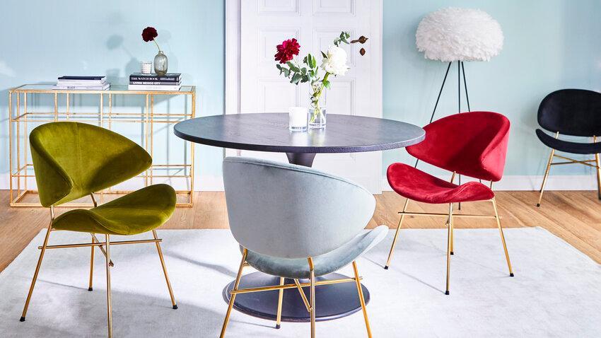 okrúhly stôl s farebnými stoličkami