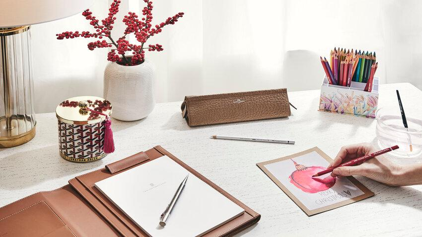 Farbičky na písacom stoli