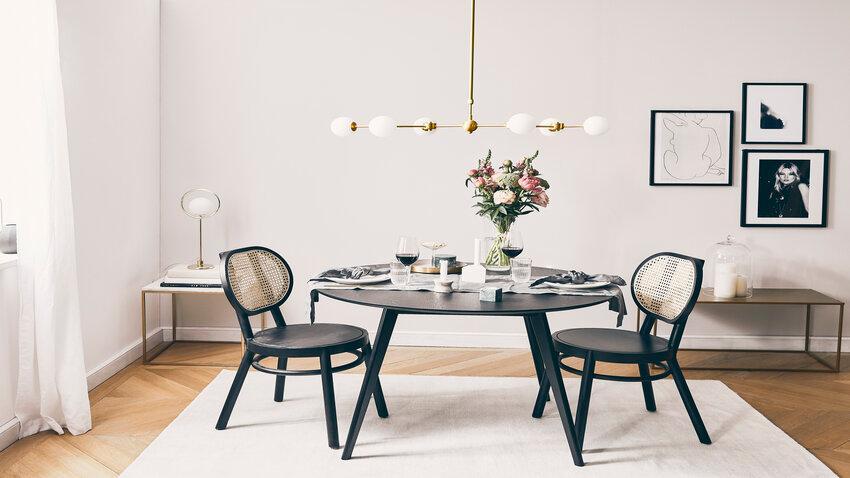 Čierny okrúhly jedálenský stôl