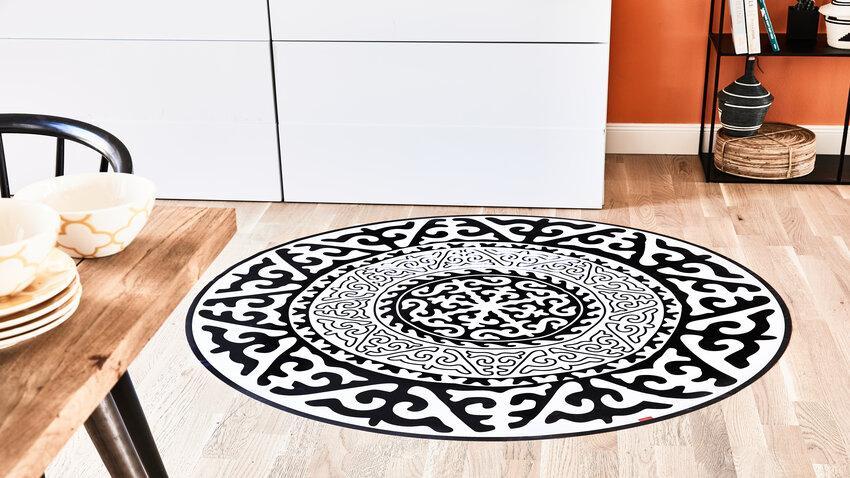 okrúhly čierno-biely koberec do kuchyne
