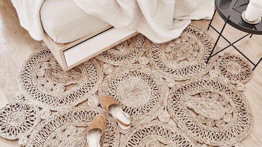 béžový oválny koberec