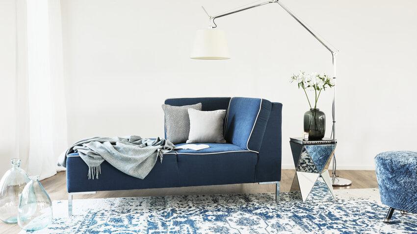 stojacia lampa v modrej obývačke