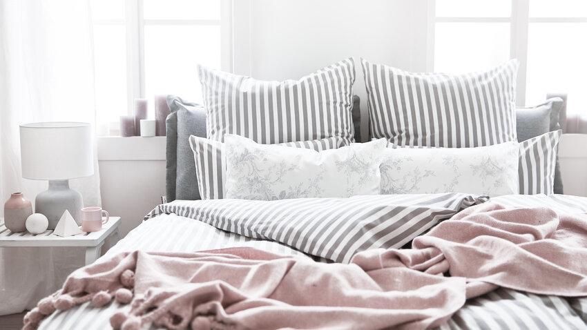 biela nočná lampa pri posteli