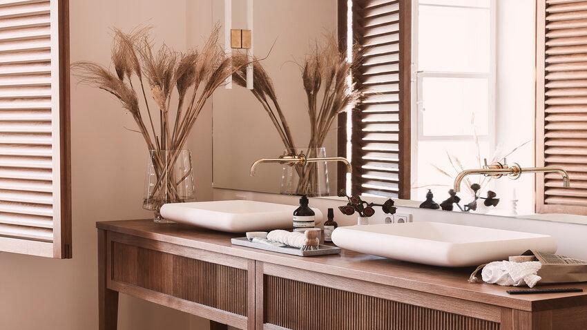 zrkadlo v drevenej kúpeľni