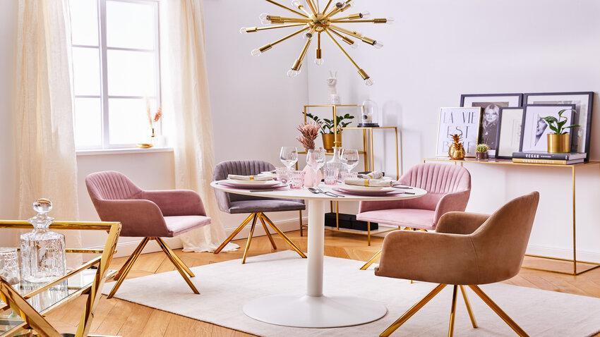 otočné stoličky v jedálni
