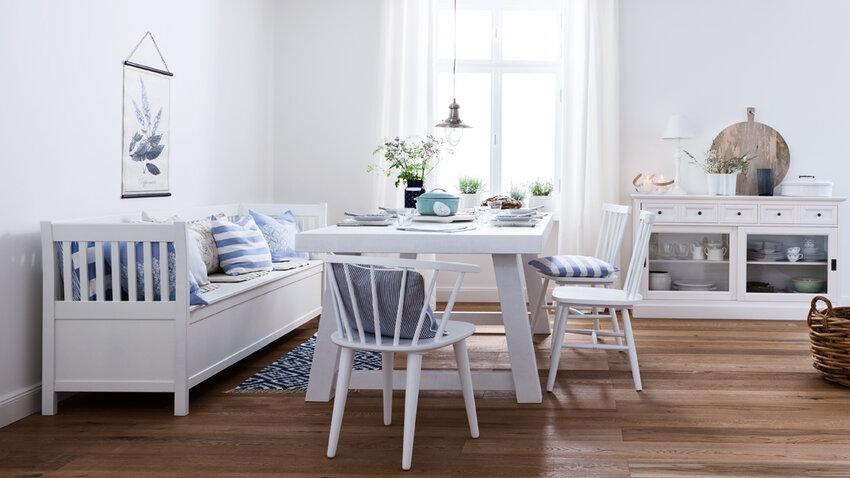 biele drevené stoličky