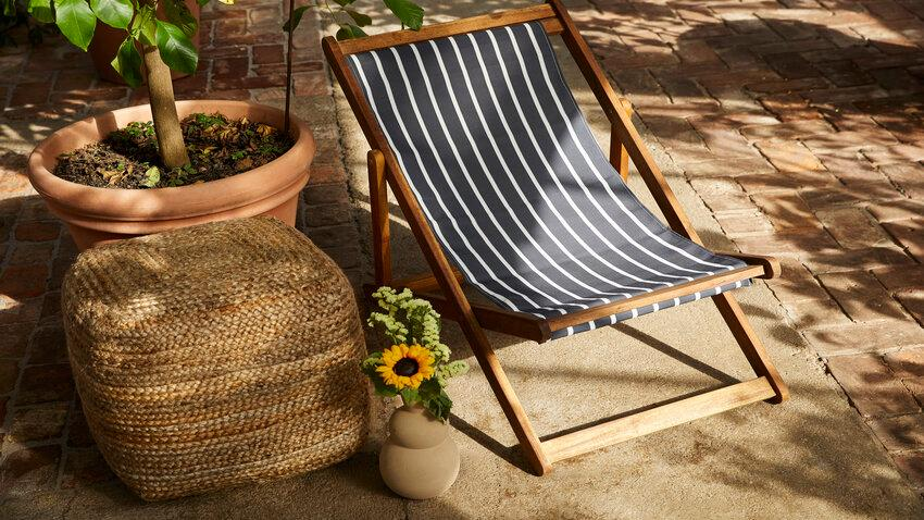 skladacia stolička v záhrade