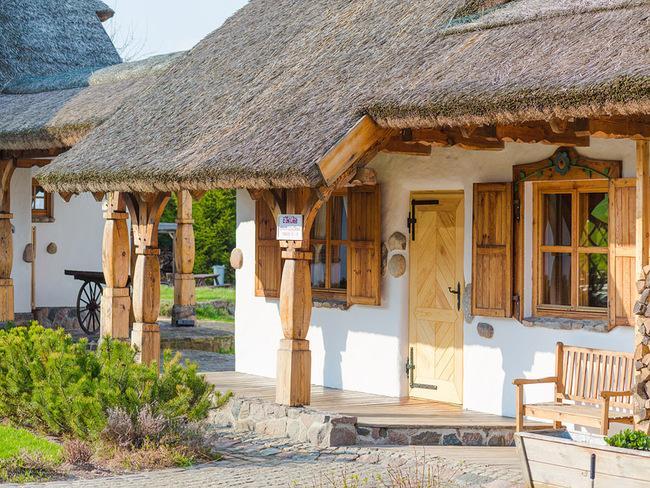 Tradycyjna chata wiejska dawnego siedliska w Hotelu Głęboczek